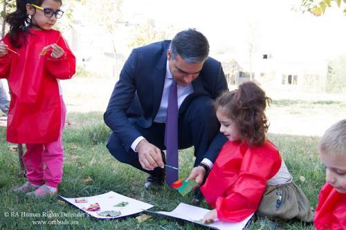 Երեխաների իրավունքների երաշխավորումը պահանջում է սրտացավ աշխատանք․ Պաշտպանն այցելել է «Մխիթար Սեբաստացի» կրթահամալիր